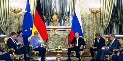 Під час переговорів Меркель та Путіна пролунав несподіваний телефонний дзвінок: відео