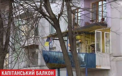 На жилом доме в центре Киева появился военный корабль с пушками