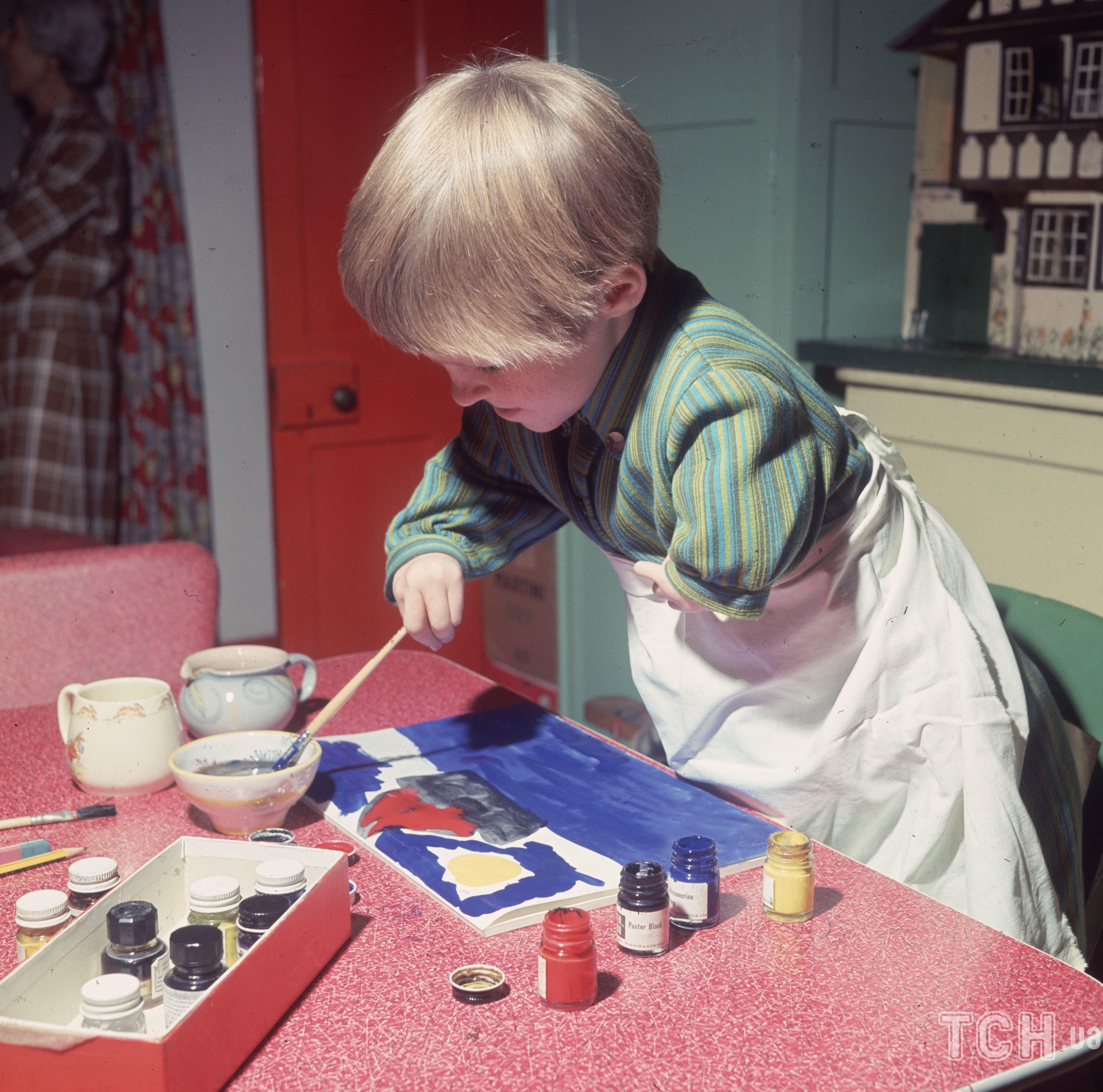 7-летняя Элизабет Бакл, пострадавшая от талидомида, рисует дома / © Getty Images