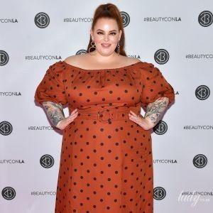 В гороховом платье и с конским хвостом: эффектная модель plus-size Тесс Холлидей посетила фестиваль