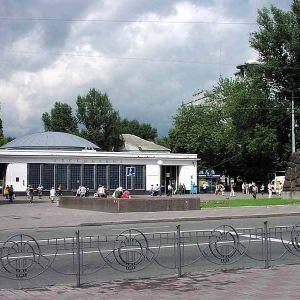 В Киеве пассажир попал под поезд метро: часть станций закрыли