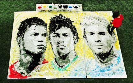 Художница нарисовала портреты известных футболистов с помощью мяча