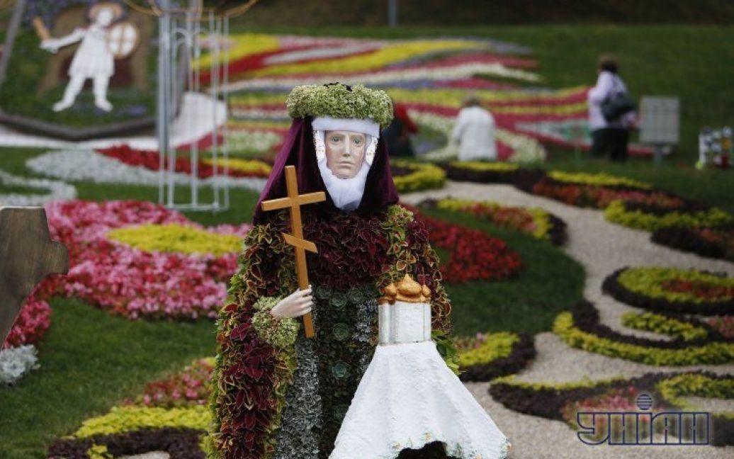 На виставці представлені об'ємні квіткові скульптури / © УНІАН