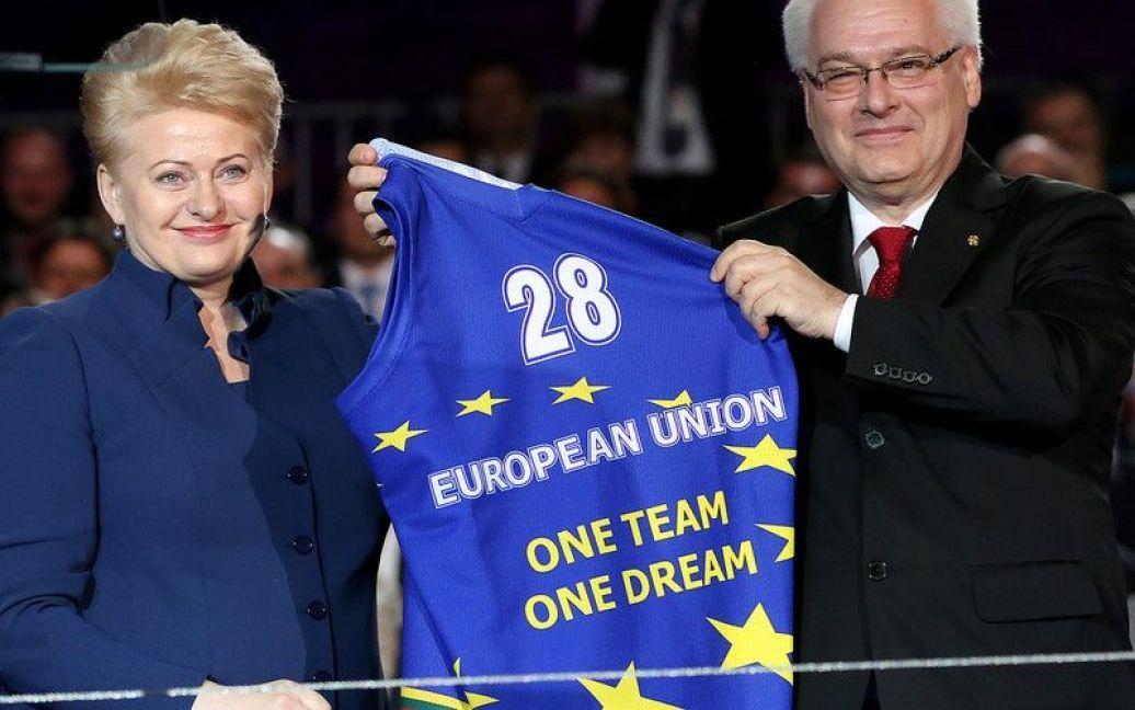 Президент Литви Даля Грибаускайте подарувала хорватському президенту Іво Йосиповичу футболку зі слоганом ЄС / © http://twitter.com/mrskutcher