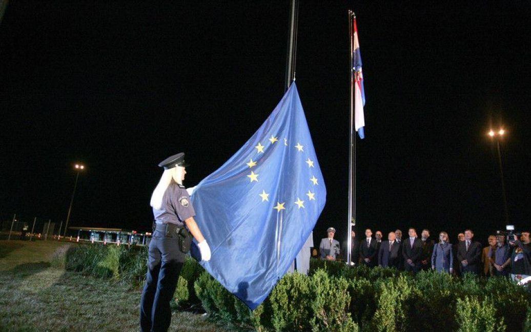 На кордоні Хорватії та Словенії урочисто підняли прапор ЄС / © http://twitter.com/mrskutcher