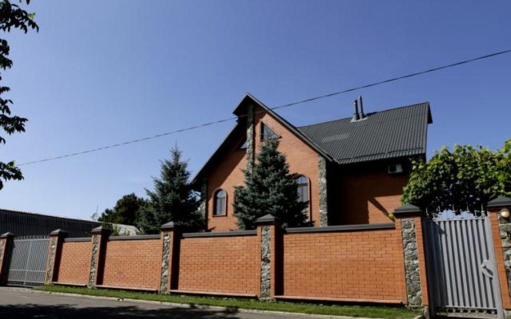 Будинок ректора - триповерховий і знаходиться за високим парканом / © Вести