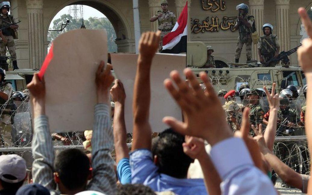 Протести влаштували біля Офіцерського клубу президентської гвардії, де, за чутками, тримають Мурсі. / © Фото EPA/UPG