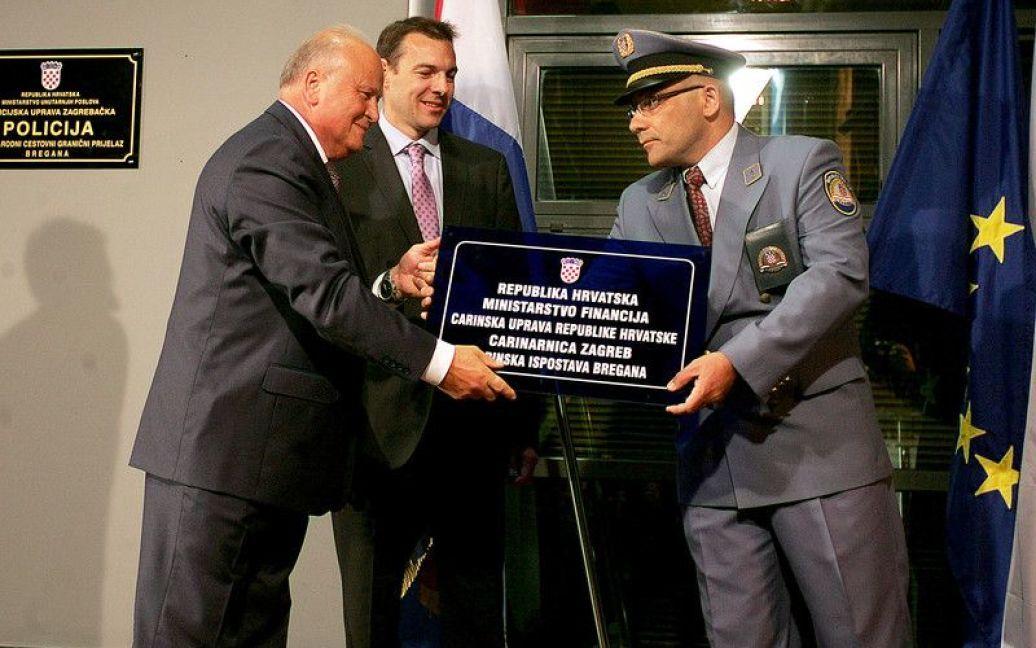 Хорватський міністр фінансів Славко Лініч зняв знак на кордоні зі Словенією / © http://twitter.com/mrskutcher