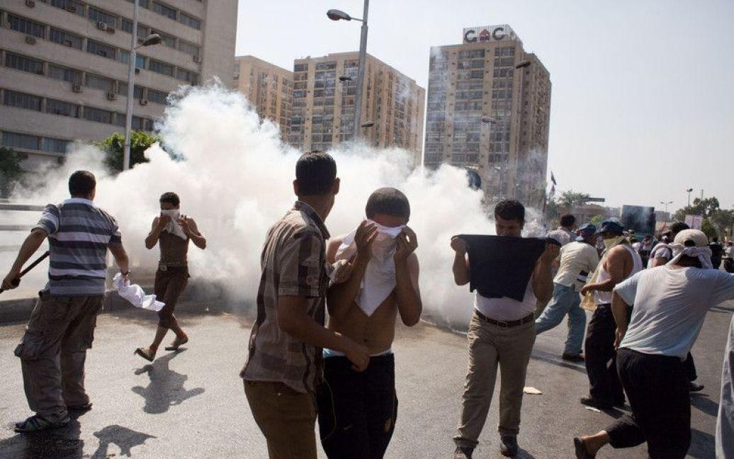 Єгипетське командування спростувало інформацію, що військові стріляли у прихильників Мурсі, стверджуючи, що вони використовували лише холості патрони і сльозогінний газ. / © Фото EPA/UPG