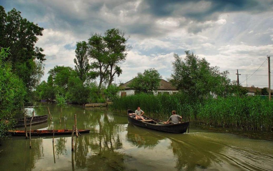 Местные жители плавают на местных гондолах / © eco-turizm.net