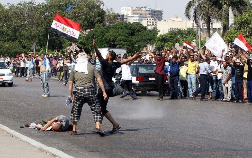 ...і військові, зробивши попереджувальні постріли в повітря, відкрили вогонь по людях. / © Фото EPA/UPG