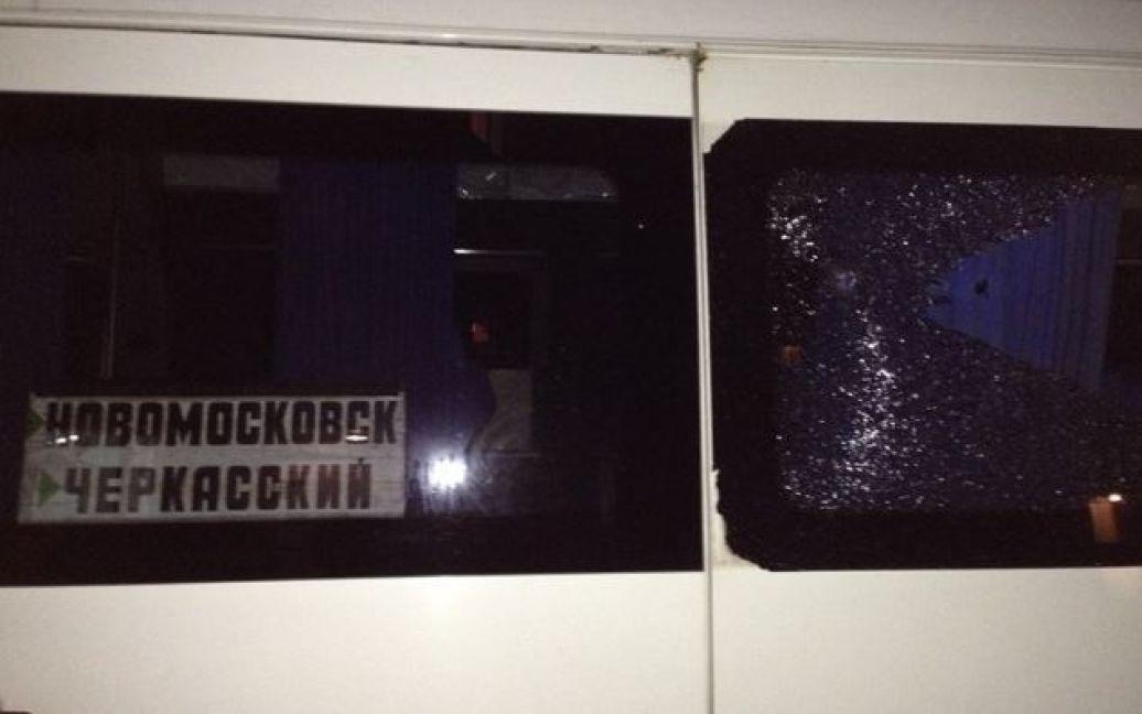 Невідомі прострелили скло, після обстрілу в салоні почалася паніка / © Фраза