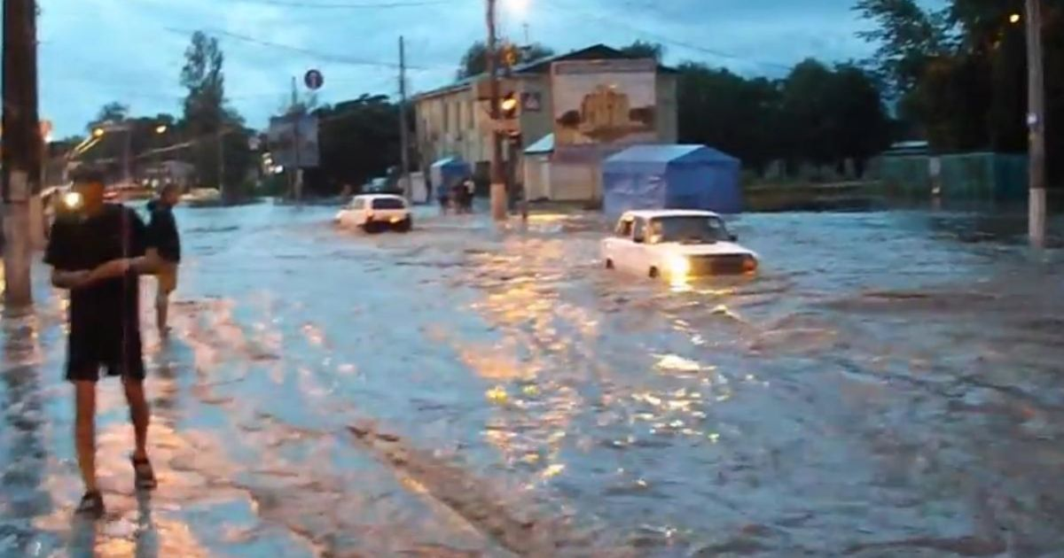 Повінь у Вінниці - Вінниця пішла під воду: магазини та вулиці залиті, а  машини тонули у вируючому потоці (фото, відео) — Фото — tsn.ua