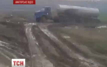 У Донецьку невідомі перетворили околицю міста у відстійник нечистот із жахливим смородом