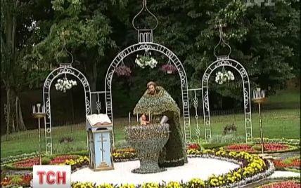 Співоче поле прикрасили фігури християнських святих, зроблені з квітів