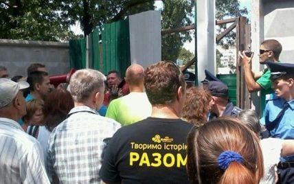 Жителі Березняків знесли огорожу забудовника та розпочали протест проти вирубки парку