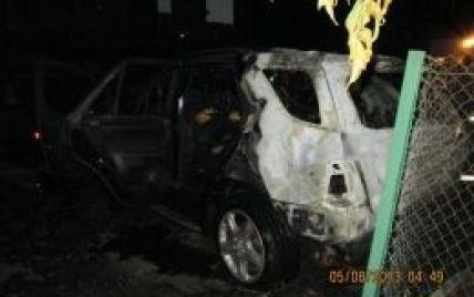На Осокорках в Києві Mercedes підпалили просто на парковці