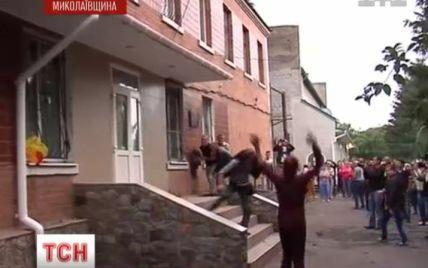 На мешканців Врадіївки, які через зґвалтування розгромили міліцію, завели справу