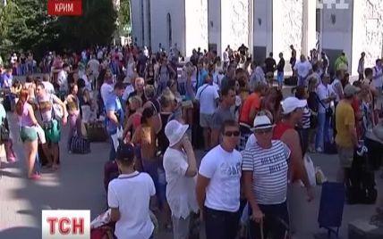 Тисячі пасажирів застрягли на вокзалі в Криму через аварію поїзда під Запоріжжям