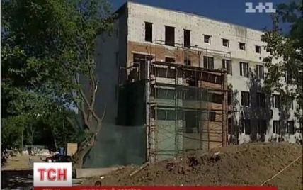 Лікарню для ВІЛ-інфікованих із Лаври переселяють у приміщення без вікон і дверей