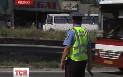 Курортників з валізами викидають посеред дороги із несправних автобусів