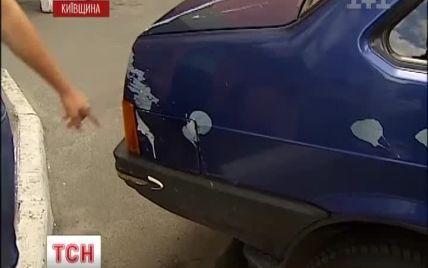 У Броварах автомобілі на парковці облили рідиною, яка роз'їла фарбу до металу