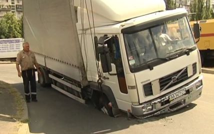 На Русанівці 5-тонна вантажівка провалилась в асфальт (фото)