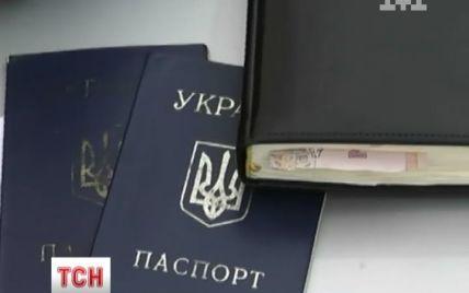 У Києві на гарячому впіймали шахраїв, які брали кредити за загубленими паспортами