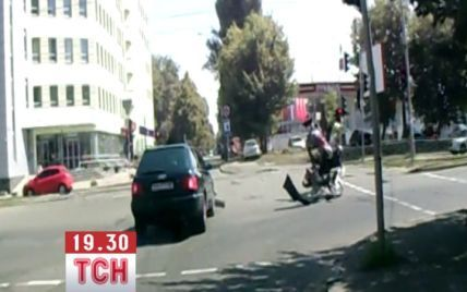 """У Києві """"Ауді"""" поїхав на """"червоний"""" і збив мотоцикл з хлопцем і дівчиною"""