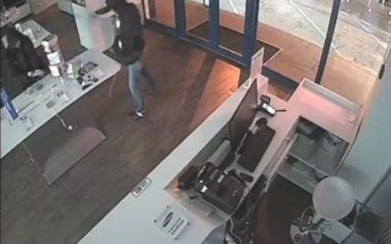 У Києві молодики обчистили магазин гаджетів за рекордні 40 секунд (відео)