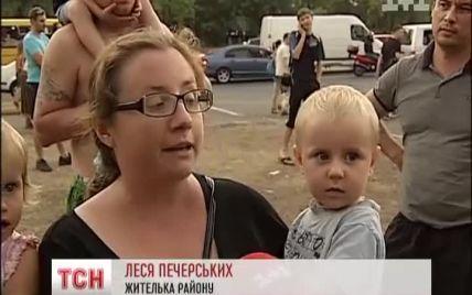 """На Троєщині охоронці закидали дітей камінням під час """"війни"""" із забудовником"""
