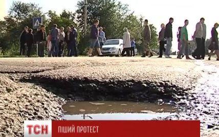 На Львівщині селяни із вилами та лопатами перекрили трасу через півметрові вибоїни