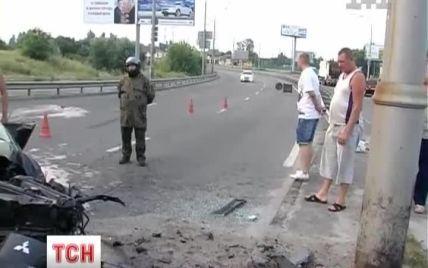 У Києві водій розтрощив позашляховик Mitsubishi об електроопору