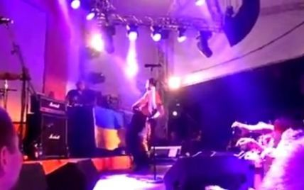"""В інтернеті з'явилося відео, як басист  Bloodhound Gang """"помочився"""" на український прапор"""
