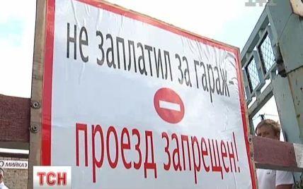Киянин намагався болгаркою визволити свої авто, які через борги заварили в гаражі
