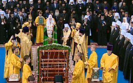 """На Володимирській гірці віруючі зустрічали духовних лідерів криками """"Наш патріарх - Кирило!"""""""