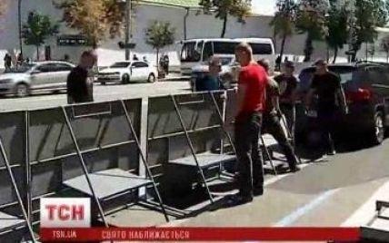 Київ поспіхом готують до приїзду Кирила, встановлюючи залізні огорожі від прочан