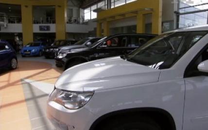 У київському автосалоні покупець двічі вдарив ножем стажера