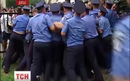 """Активісти штурмували лікарню МВС, щоб побачити """"поранених"""" міліціонерів"""