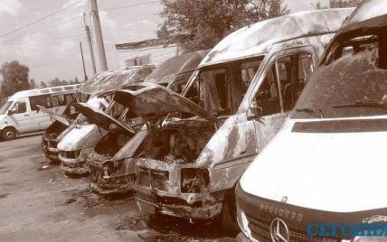 Під Києвом невідомі спалили 6 рейсових мікроавтобусів