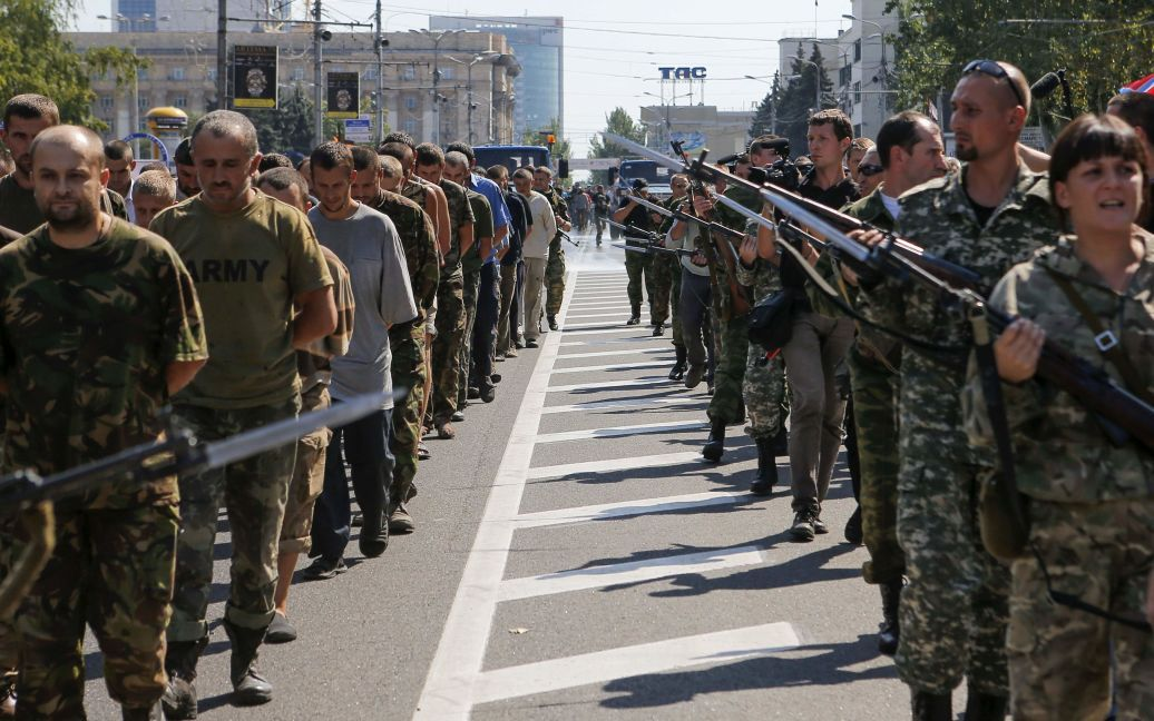 Українських полонених провели центром Донецька. / ©