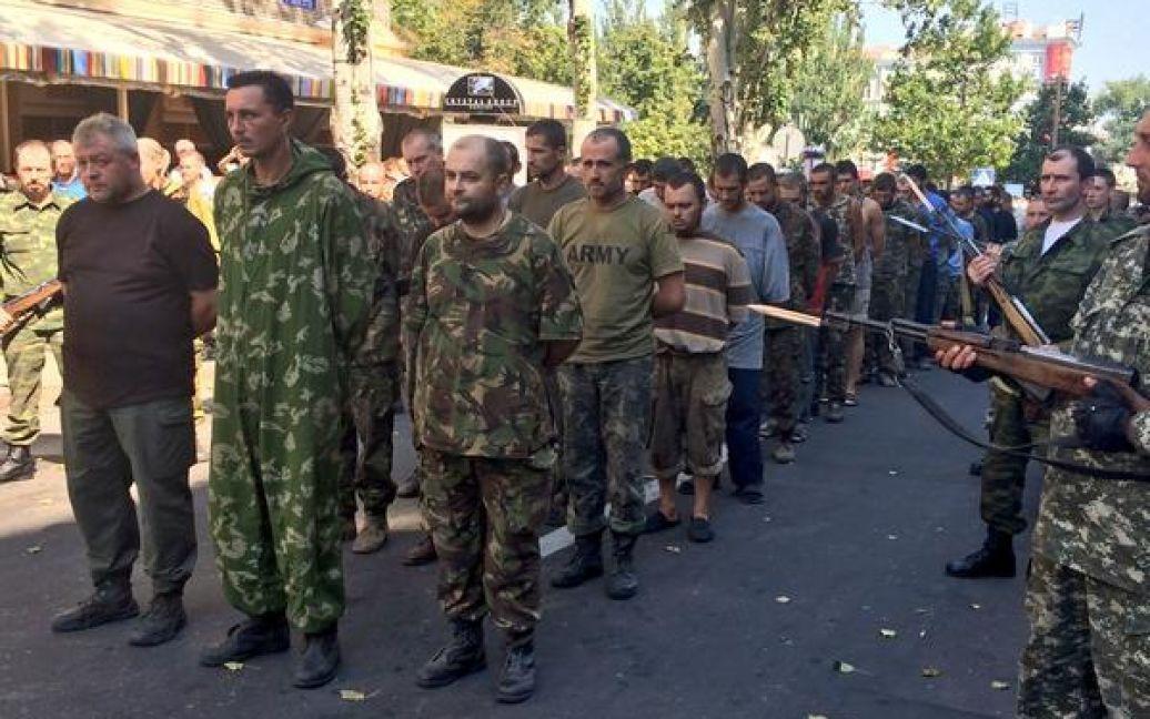 Українських полонених провели центром Донецька. / © ВКонтакте