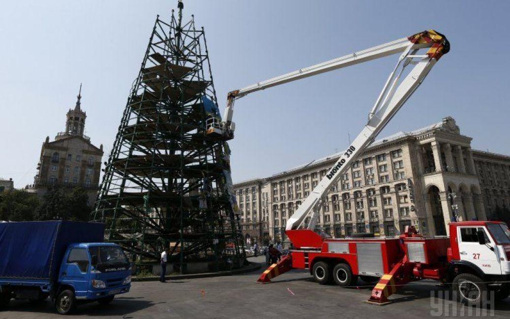 На Майдані почали розбирати каркас новорічної ялинки. / © УНІАН
