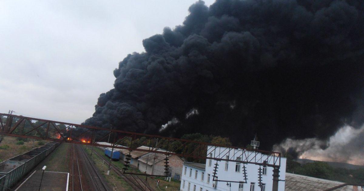 Вагони з нафтопродуктами в Городищі на Черкащині горять із шостої ранку / © Facebook