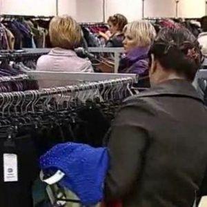 Натовп у Дніпрі в гонитві за товаром секонд-хенду виламали і розбили двері крамниці