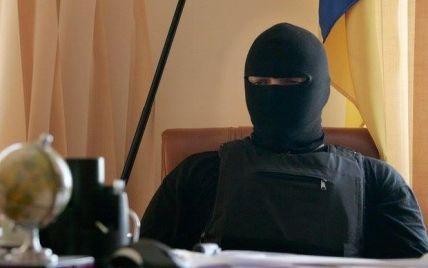 Яценюк вручил раненым Семенченко орден Хмельницкого, а Парасюку - именное оружие