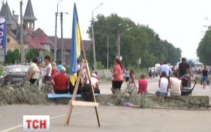 Трассы в Румынию перекрыли бетонными блоками, ветками и автомобилями