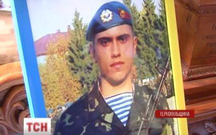 На Тернопольщине тысячи людей пришли на похороны 19-летнего украинского солдата