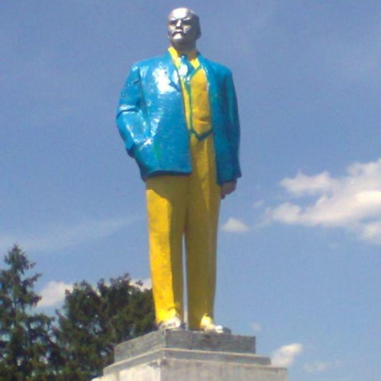 На Кировоградщине Ленина покрасили в желто-голубые цвета