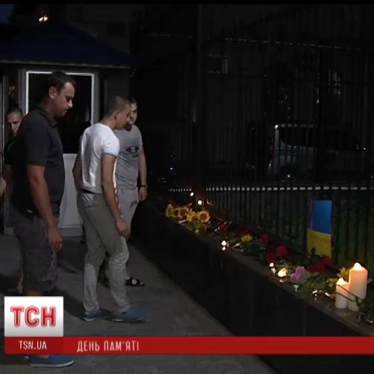 Киевляне семьями несли к посольству РФ цветы и свечи в память о погибших в Москве